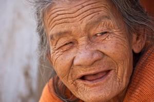 gammal kvinna med rynkor