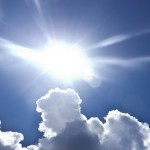 Starka solstrålar mot huden